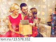 Купить «smiling family with tablet pc», фото № 23578332, снято 26 октября 2013 г. (c) Syda Productions / Фотобанк Лори