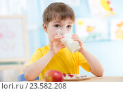 Купить «child drinking healthy beverage at home», фото № 23582208, снято 12 декабря 2014 г. (c) Оксана Кузьмина / Фотобанк Лори