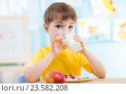 Купить «child drinking healthy beverage at home», фото № 23582208, снято 12 декабря 2014 г. (c) Оксана Кузьмина / Фотобанк Лори