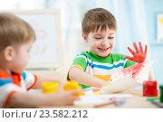 Купить «smiling kids playing and painting», фото № 23582212, снято 12 декабря 2014 г. (c) Оксана Кузьмина / Фотобанк Лори