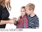 Купить «Дети берут у мамы из рук деньги на карманные расходы, изолированный белый фон», фото № 23611880, снято 24 сентября 2016 г. (c) Кекяляйнен Андрей / Фотобанк Лори