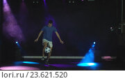 Купить «Футболист выполняет трюки с мячом», видеоролик № 23621520, снято 20 сентября 2016 г. (c) Виктор Аллин / Фотобанк Лори