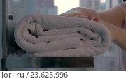 Купить «Housekeeper placing bath towels in hotel bathroom», видеоролик № 23625996, снято 18 июня 2016 г. (c) Данил Руденко / Фотобанк Лори