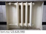 Белая чугунная батарея центрального отопления. Стоковое фото, фотограф Малахов Алексей / Фотобанк Лори