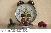 Купить «Новогодняя сувенирная елка с шарами на фоне часов», видеоролик № 23627332, снято 17 сентября 2016 г. (c) Элина Гаревская / Фотобанк Лори