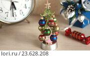 Купить «Новогодняя сувенирная елка с шарами», видеоролик № 23628208, снято 17 сентября 2016 г. (c) Элина Гаревская / Фотобанк Лори