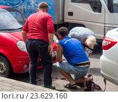 Купить «Водители других машин помогают подготовит автомобиль к буксировке», эксклюзивное фото № 23629160, снято 16 июня 2016 г. (c) Вячеслав Палес / Фотобанк Лори