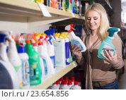 Купить «Девушка покупает моющие средства», фото № 23654856, снято 29 февраля 2016 г. (c) Татьяна Яцевич / Фотобанк Лори