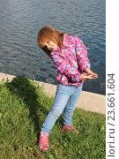 Рыжеволосая девочка у пруда. Стоковое фото, фотограф Гордюшина Олеся / Фотобанк Лори