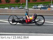 Купить «Спортсмен-инвалид на специальном велосипеде. Музыкальный полумарафон 14 августа 2016 года в Москве», эксклюзивное фото № 23662864, снято 14 августа 2016 г. (c) lana1501 / Фотобанк Лори
