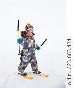 Купить «Маленький мальчик, 2,5 года, на пластмассовых лыжах», фото № 23663424, снято 9 марта 2016 г. (c) Юлия Бабкина / Фотобанк Лори