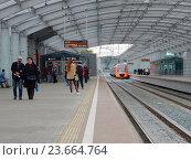 Купить «Пассажирские платформы станции «Лужники» Московского центрального кольца (МЦК)», эксклюзивное фото № 23664764, снято 21 сентября 2016 г. (c) lana1501 / Фотобанк Лори
