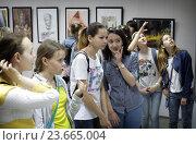 Дети на открытие выставки в Балашихинской картинной галерее (2016 год). Редакционное фото, фотограф Дмитрий Неумоин / Фотобанк Лори