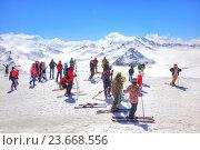 Эльбрус. Лыжники на склоне горы (2015 год). Редакционное фото, фотограф Parmenov Pavel / Фотобанк Лори