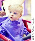 Купить «Маленький мальчик в парикмахерской», фото № 23670032, снято 14 мая 2016 г. (c) Вероника Галкина / Фотобанк Лори