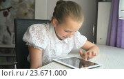 Купить «Школьница использует цифровой планшетный компьютер дома», видеоролик № 23671000, снято 21 июня 2016 г. (c) worker / Фотобанк Лори