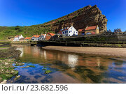 Купить «Harbour cottages beneath steep cliffs, fishing village, low tide in summer, Staithes, North Yorkshire Moors National Park, Yorkshire, England, United Kingdom, Europe», фото № 23682596, снято 30 июня 2016 г. (c) age Fotostock / Фотобанк Лори