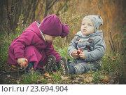 Близнецы в парке. Дети сидят в траве. Стоковое фото, фотограф Вероника Галкина / Фотобанк Лори