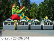 Купить «Торговые палатки на фоне трехголового Змея Горыныча из парка аттракционов. Лианозовский парк культуры и отдыха в Москве», эксклюзивное фото № 23696344, снято 6 августа 2016 г. (c) lana1501 / Фотобанк Лори
