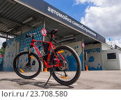 Купить «Велосипед стоит перед автомойкой самообслуживания», эксклюзивное фото № 23708580, снято 20 июня 2016 г. (c) Вячеслав Палес / Фотобанк Лори