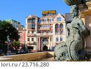 """Фрагмент фонтана Нептуна на театральной площади на фоне здания отеля-казино """"Golden Palace"""" в городе Батуми, Грузия (2016 год). Редакционное фото, фотограф Артём Крылов / Фотобанк Лори"""
