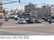 Moscow, Russia - 09.21.2015. Traffic on embankment on Vodootvodny kanal. Редакционное фото, фотограф Володина Ольга / Фотобанк Лори