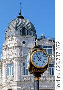 Уличные часы на фоне старинного здания на площади Европы в городе Батуми, Грузия (2016 год). Редакционное фото, фотограф Артём Крылов / Фотобанк Лори