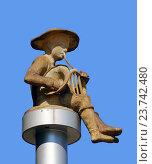 Статуя сидящего мальчика-музыканта на городском бульваре на фоне неба, Батуми, Грузия (2016 год). Редакционное фото, фотограф Артём Крылов / Фотобанк Лори