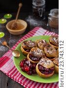 Купить «Печеные яблоки с брусникой», фото № 23743112, снято 8 сентября 2016 г. (c) Сергей Вольченко / Фотобанк Лори