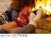 Купить «Семья в носках у камина», фото № 23774836, снято 29 ноября 2015 г. (c) Андрей Кузьмин / Фотобанк Лори