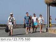Купить «Туристы гуляют по побережью гавани Sisi. Крит. Греция», фото № 23775160, снято 18 сентября 2016 г. (c) Алексей Сварцов / Фотобанк Лори