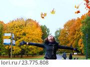Девушка гуляет в осеннем парке, бросая листья в небо. Стоковое фото, фотограф Елена Антипина / Фотобанк Лори