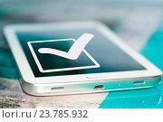 Символ галочки (да) на экране стового телефона. Стоковое фото, фотограф Сергеев Валерий / Фотобанк Лори