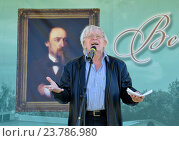 Купить «Юрий Назаров читает стихи», фото № 23786980, снято 4 июля 2015 г. (c) Голованов Сергей / Фотобанк Лори