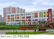 Купить «Новая школа в районе новостроек в Химках», фото № 23790008, снято 15 сентября 2016 г. (c) Александр Замараев / Фотобанк Лори
