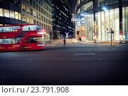 Paisaje urbano nocturno calle con edificios de oficinas iluminados, un auto bus en movimiento, un ciclista parado y dos personas andando. Bishopsgate, London, Reino Unido, Europa. Стоковое фото, фотограф Lluís Real / age Fotostock / Фотобанк Лори