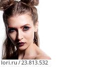 Красивая девушка с ярким макияжем и оригинальной прической на белом фоне. Стоковое фото, фотограф Вячеслав Чернявский / Фотобанк Лори