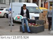Купить «Молодой человек торгует сим-картами сотовых операторов: «МТС», «Билайн» и «Мегафон» с рук на улице. Москва», эксклюзивное фото № 23815924, снято 8 июля 2016 г. (c) lana1501 / Фотобанк Лори