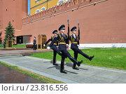Купить «Смена караула у могилы Неизвестного солдата а Александровском саду в Москве», эксклюзивное фото № 23816556, снято 5 июля 2016 г. (c) lana1501 / Фотобанк Лори