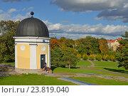 Купить «Влюбленная пара на ступенях старой обсерватории в осеннем парке. Хельсинки», фото № 23819040, снято 30 сентября 2016 г. (c) Валерия Попова / Фотобанк Лори