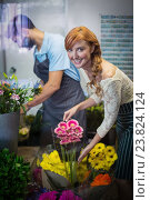 Купить «Couple arranging flower bouquet», фото № 23824124, снято 17 апреля 2016 г. (c) Wavebreak Media / Фотобанк Лори