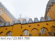 Фрагмент Дворца Пена (Palacio Nacional da Pena). Осенний туманный день. Синтра. Португалия (2016 год). Стоковое фото, фотограф E. O. / Фотобанк Лори