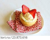Купить «Ванильный капкейк со свежей клубникой», фото № 23873616, снято 6 мая 2015 г. (c) Елена Серебрякова / Фотобанк Лори