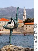 Купить «Статуя танцовщицы на фоне Старого города, Будва, Черногория», эксклюзивное фото № 23874436, снято 13 апреля 2016 г. (c) Артём Крылов / Фотобанк Лори