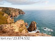 Вид на Атлантический океан с Мыса Рока (Cabo da Roca). Скалистый берег, освещенный лучами заходящего солнца. Португалия (2016 год). Стоковое фото, фотограф E. O. / Фотобанк Лори