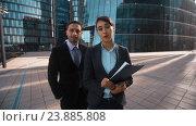 Бизнесмен рекомендует своего партнера. Стоковое видео, видеограф Алексей Собченко / Фотобанк Лори
