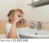 Купить «Маленькая девочка чистит зубы», фото № 23885848, снято 29 марта 2015 г. (c) Дарья Филимонова / Фотобанк Лори