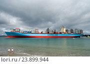 Купить «Огромные грузовое судно Maersk Line в бухте», фото № 23899944, снято 4 октября 2016 г. (c) Евгений Дробитько / Фотобанк Лори