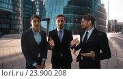 Трое коллег аплодируют, глядя на зрителя в камеру. Стоковое видео, видеограф Алексей Собченко / Фотобанк Лори