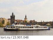 Купить «Прогулочный корабль на Влтаве на фоне Карлова моста в Праге (Чехия)», фото № 23901048, снято 13 апреля 2014 г. (c) Хименков Николай / Фотобанк Лори